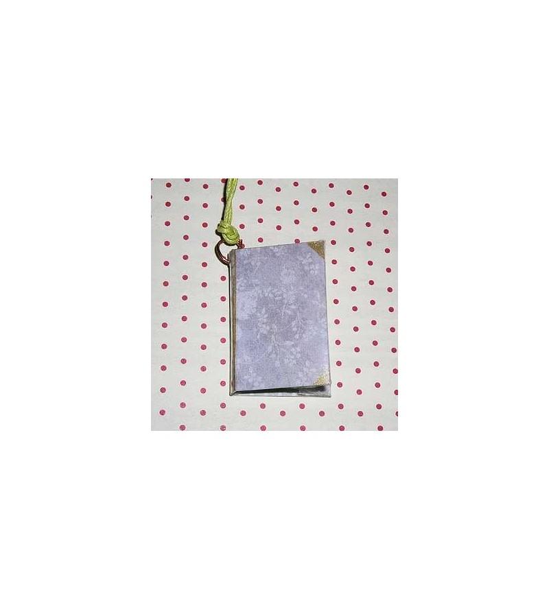 Collier livre gris et motif floral