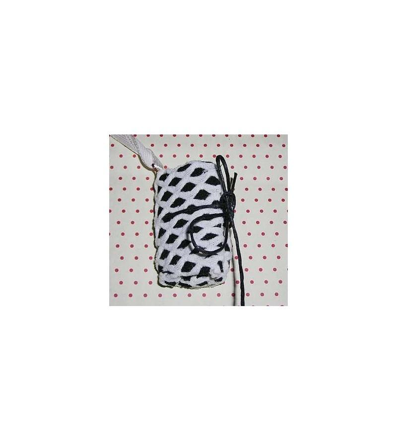 Collier livre en tissu noir et résille blanche