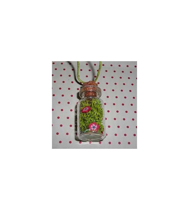 Collier fiole végétale : mousse, feuille d'or et fleurs rouges