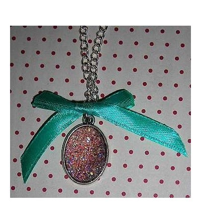 Collier cabochon rose scintillant avec noeud bleu