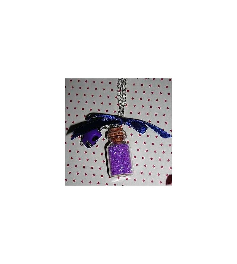 Collier fiole violette avec crâne