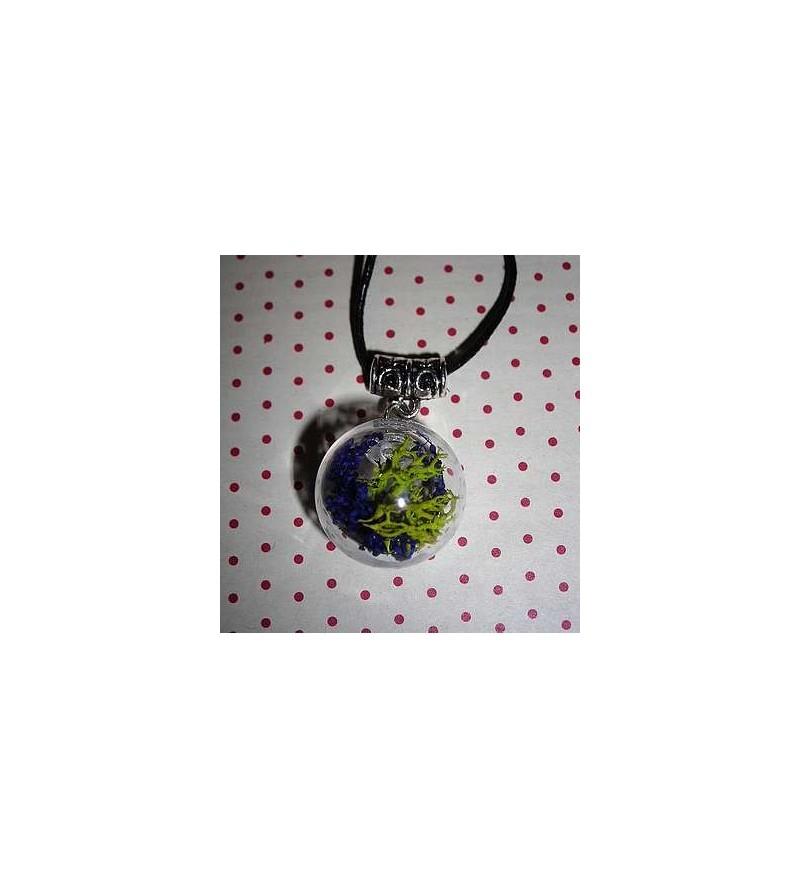 Collier globe mousse verte et fleurs bleues