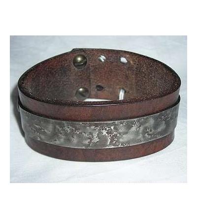Bracelet en cuir marron avec plaque d'acier martelé