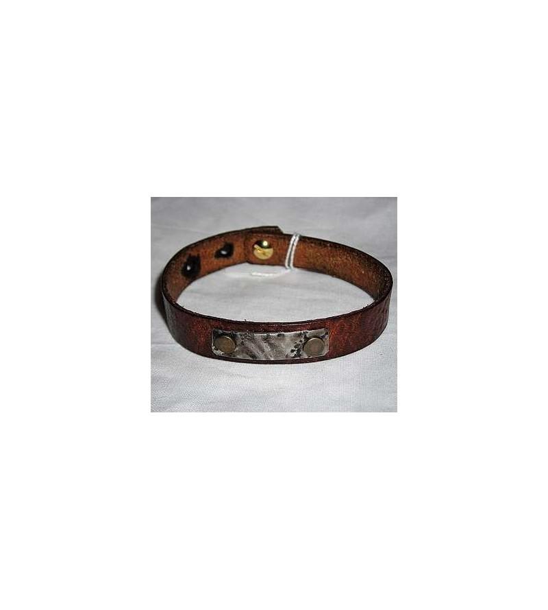 Bracelet en cuir marron foncé avec plaque d'acier martelé